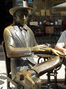 Fernando Pessoa vor seinem Stamm-Café. - © 2016 litteratur.ch