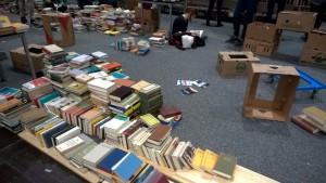 Ungefähr eine Stunde nach dem Zusammenbruch des Gestells. Man verkauft halt einfach vom Boden weiter...  (c) litteratur.ch