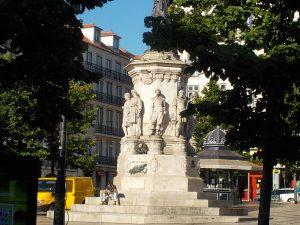 Denkmal zu Ehren von Luís de Camões. Zu Lebzeiten liess man ihn hungern; heute stellt man ihn auf so hohe Podeste, dass es mir in der Eile nicht möglich war, ein gescheites Bild des Monuments hinzukriegen... - © 2016 litteratur.ch